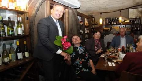(снимки) Кмет на обяд с учителите си