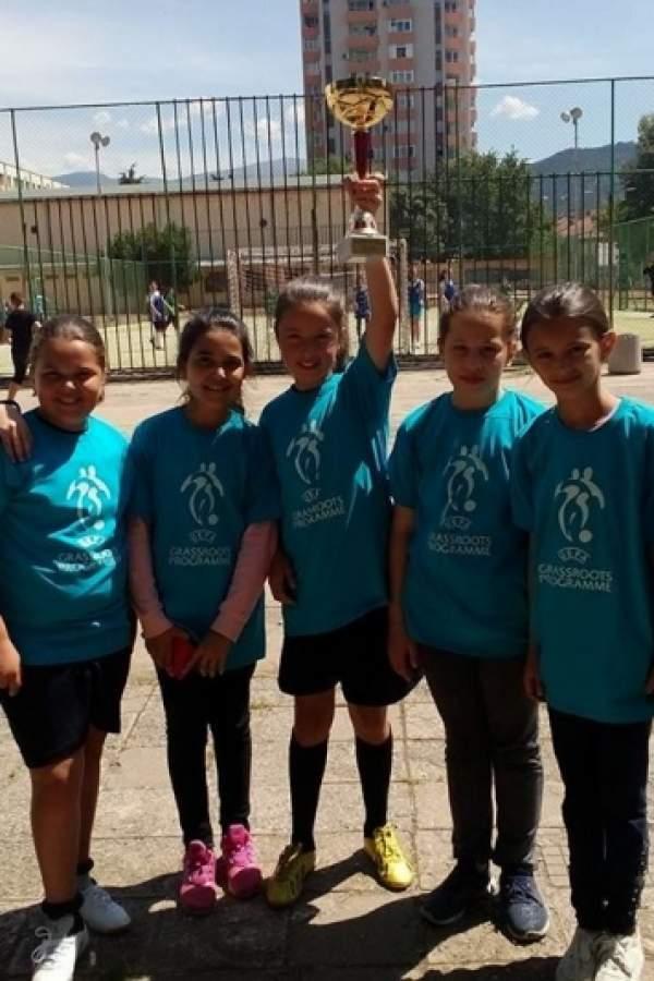 Госпожици с бутонки - шампиони по футбол