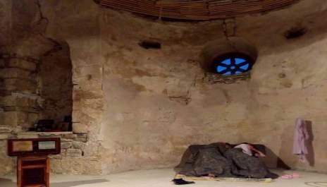 Виж кой театър играе в олтара на църква?