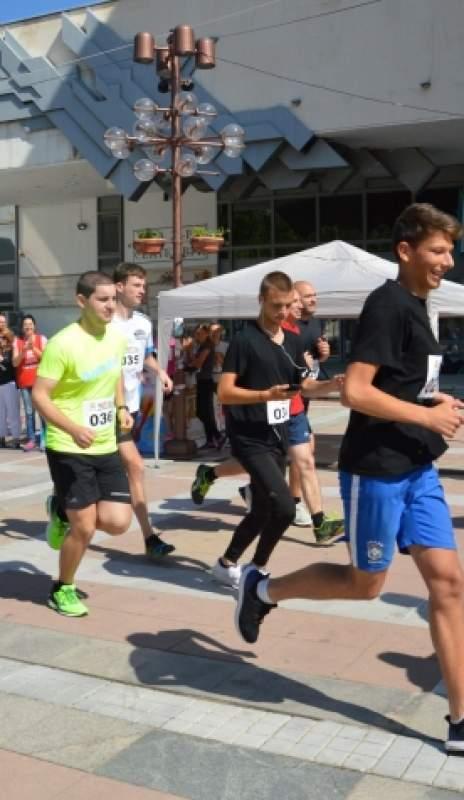 86, сред които и кметът  Камбитов, станаха маратонци
