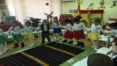 (снимки) Калинки учат  хоро на празника на семейството