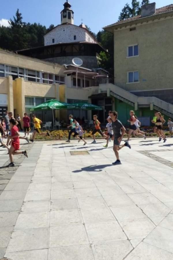 (снимки) Футболисти бягат при мечките