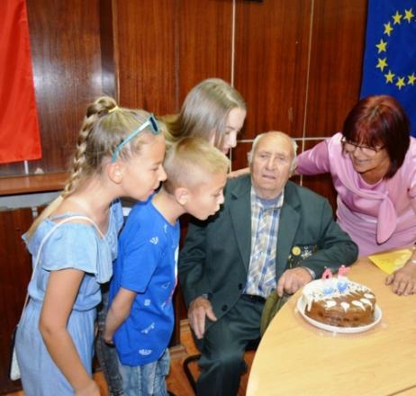 95-год. ветеран духна свещичките на тортата с тримата си правнуци