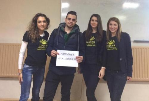 """(снимки) Студенти """"произвеждат"""" оръжия срещу терористи"""