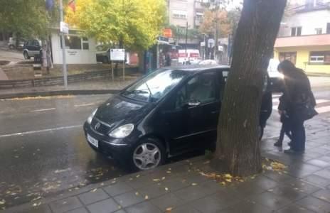 Снимки на паркирала дама шофьор разбуни Фейсбук