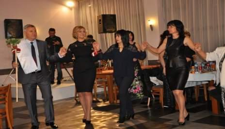 (снимки) Кмет-кум поведе хорото на юбилейни сватби