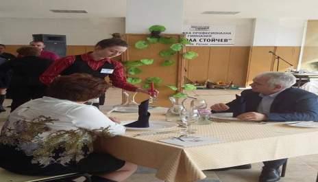 (снимки) Ученици сервират на кмет и  просветен шеф