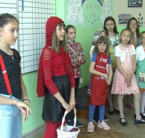 Приказни герои  презентират училището си на първолаци
