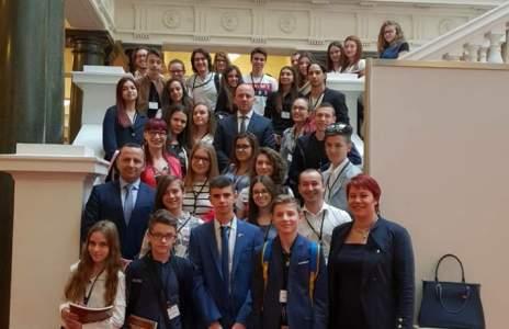 (снимки) Младежи от Петрич питаха депутати за реализацията им в България