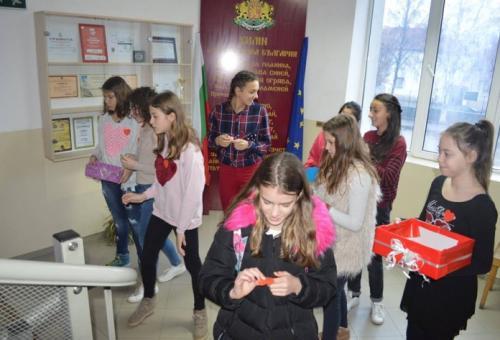 (снимки) Ученици търсят половинката си